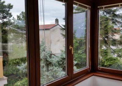 Trieste verandina alluminio taglio termico effetto legno per abitazione privata